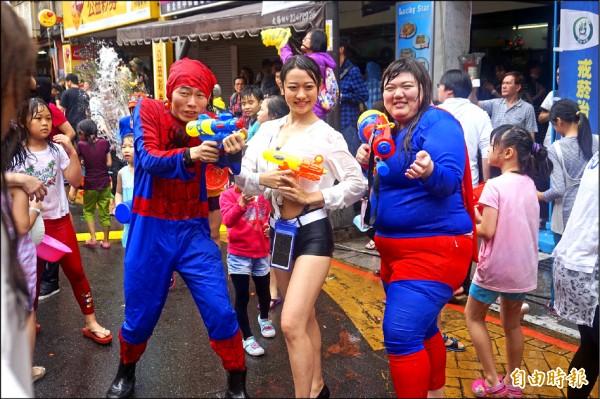 民眾扮成蜘蛛人、超人等參加新北市潑水節,氣氛超歡樂。(記者張安蕎攝)