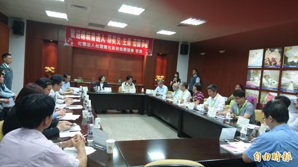 總統當選人蔡英文參訪台霖生物科技,了解蘭花產業狀況。(記者劉婉君攝)