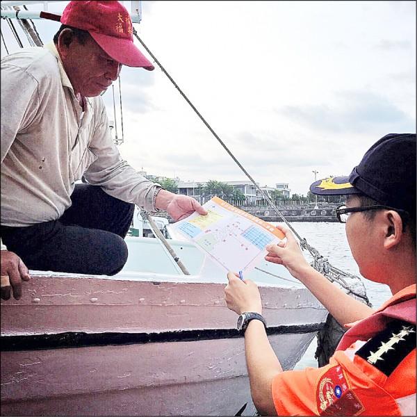 岸巡人員正向漁民宣導護漁南界。(記者陳彥廷翻攝)