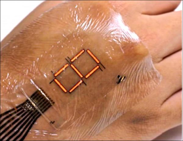 日本東京大學研發的可監測體內血氧濃度的新型電子皮膚,可顯示紅、藍、綠3種顏色。(取自網路)