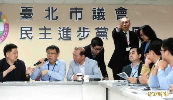 台北市長柯文哲18日出席市議會民進黨團大會,報告大巨蛋及廣慈園區開發案。(記者方賓照攝)