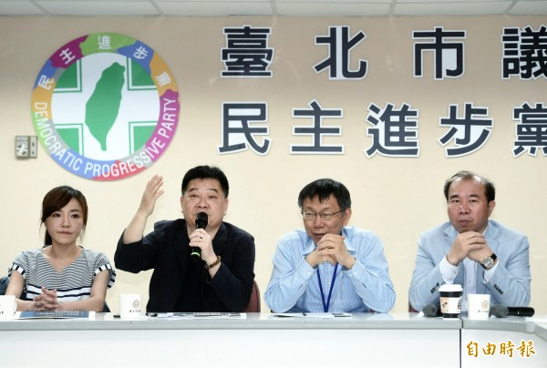 台北市長柯文哲今天出席市議會民進黨團大會,報告大巨蛋及廣慈園區開發案。(記者方賓照攝)