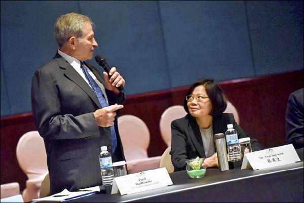 總統當選人蔡英文(右)昨日參加美台商業協會圓桌論壇開幕式。(民進黨提供)
