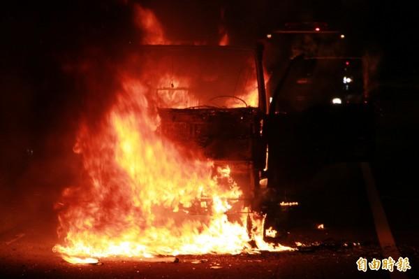 小貨車甫停靠路肩,車頭即陷入火海,駕駛倉皇逃生。(記者鄭鴻達攝)