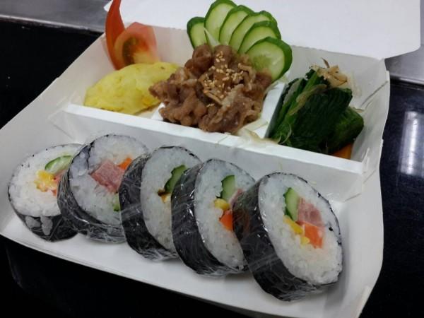 新竹縣衛生局邀請金帽獎主廚陳麒文製作的日式健康盒餐,色香味俱全。(圖由大華科大提供)