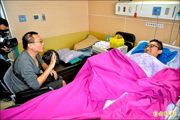 206台南震災倒塌維冠大樓的倖存左腳截肢男李宗典(左坐)探視雙腳截肢仍住院的鄰居災民洪家益。(記者王俊忠攝)