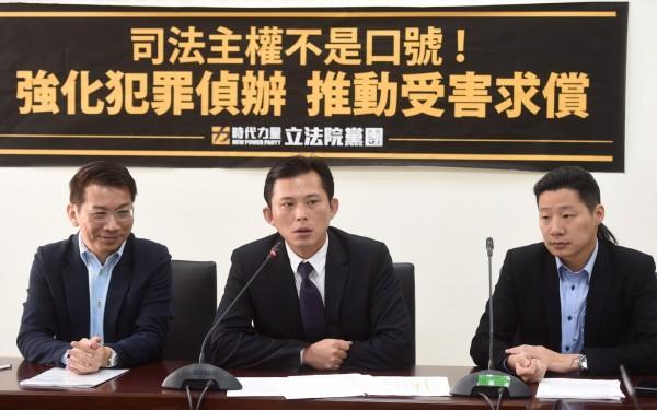 蘇女持護照貼著「台灣是我的國家」英文貼紙,14日入境澳門遭遣返,時代力量立委林昶佐(右一)19日受訪表達看法,懷疑這是刻意針對台灣人。(記者簡榮豐攝)