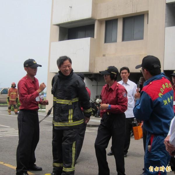 行政院長張善政到消防署竹山訓練中心,穿著 20公斤的消防衣體驗。(記者鍾麗華攝)