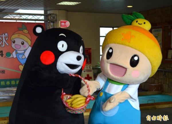 「熊本熊」送香蕉給「高通通」,展現雙方好「蕉」情。(記者陳文嬋攝)