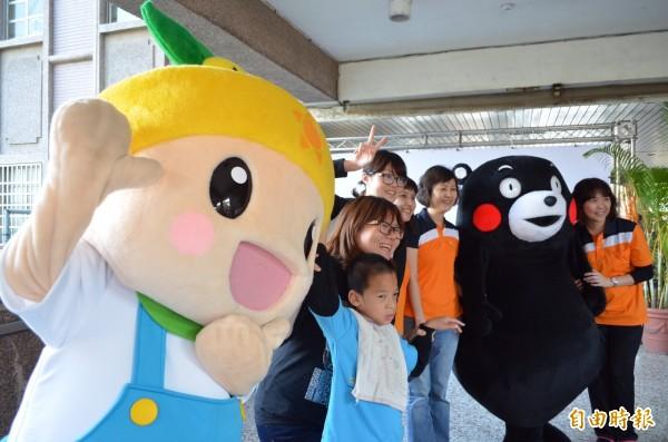 吉祥物「熊本熊」與「高通通」經常一起參加市府農業局活動。(記者陳文嬋攝)