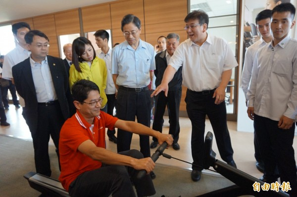 行政院長張善政參觀喬山公司生產的划船機。(記者歐素美攝)