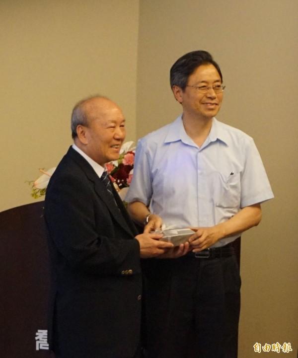 喬山公司董事長羅崑泉贈送紀念品給行政院長張善政。(記者歐素美攝)