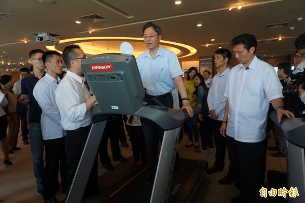 行政院長張善政親自體驗喬山公司生產的高端跑步機。(記者歐素美攝)