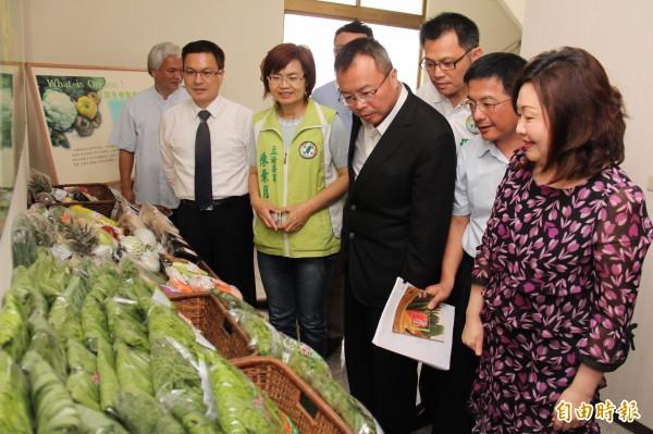 農糧署主秘蘇茂祥(右二)在彰化縣長魏明谷(左二)等人陪同下前往綠純有機蔬果生產合作社視察會勘。(記者陳冠備攝)