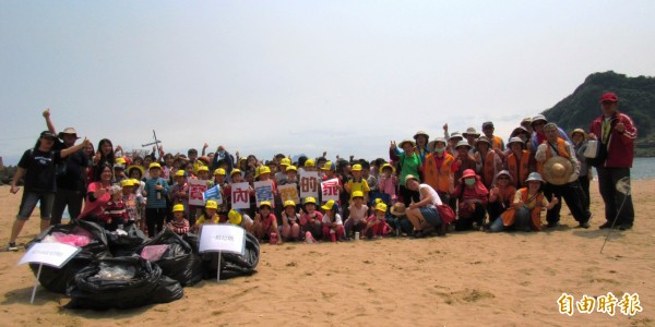 基隆市隆聖學子與當地志工前往大武崙沙灘淨灘,共清出5袋廢棄物。(記者俞肇福攝)