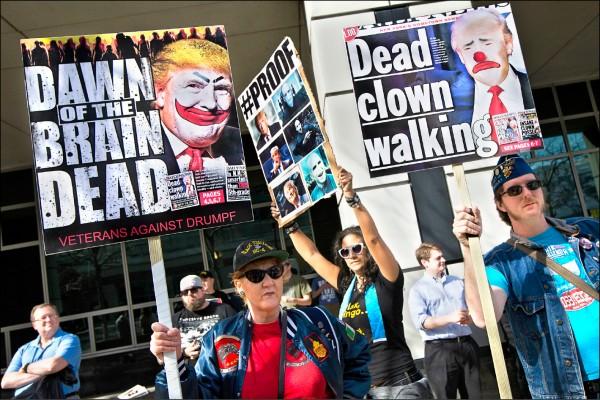 美國共和黨總統參選人川普,18日在紐約州水牛城一座多功能體育館造勢,反川普民眾於場外抗議。(美聯社)