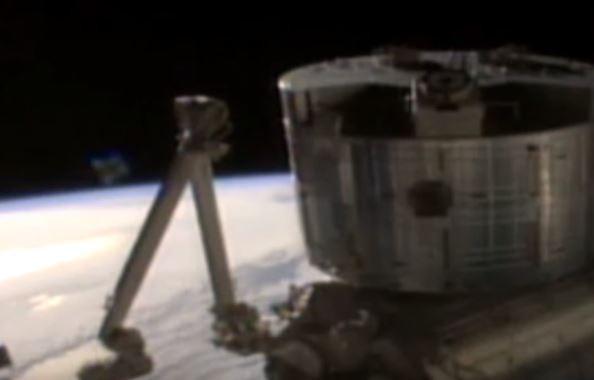 NASA的直播畫面驚現不明物體,不久後畫面斷訊。(擷取自影片)