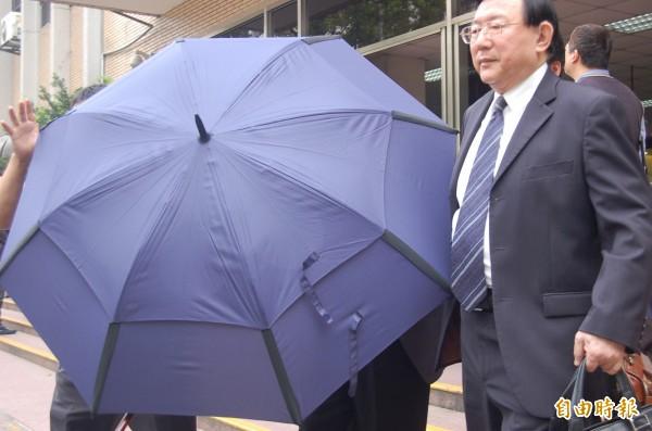 高泰銀非法核貸弊案,高院上午宣判,許勝發隨扈撐起大雨傘,遮擋媒體拍攝。(記者楊國文攝)