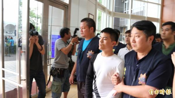 因夜店殺警案遭判12年的苟桓銘(穿白衣者),今再犯下南港砍人案,依殺人未遂移送法辦。(記者陳薏云攝)