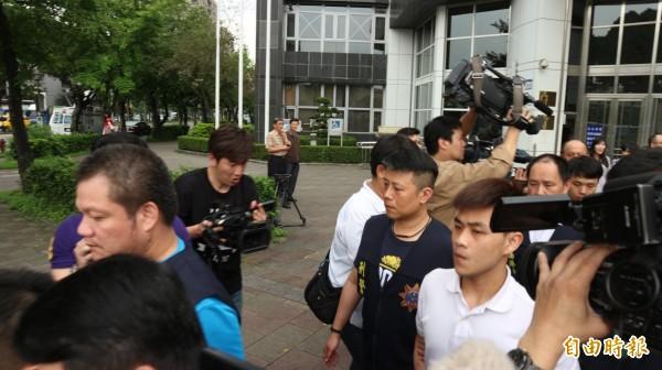 曾犯下夜店殺警案的廖嘉俊(白衣者)今再犯南港砍人案,依殺人未遂移送法辦。(記者陳薏云攝)