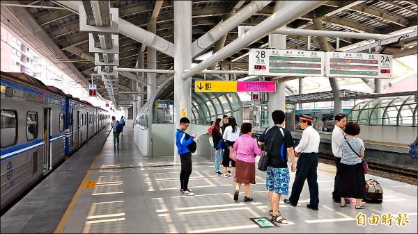 普悠瑪號將從潮州到台北,新完工的屏東站已做好準備,旅客充滿期待,站方配合改點,宣導新列車搭乘時間。(記者李立法攝)
