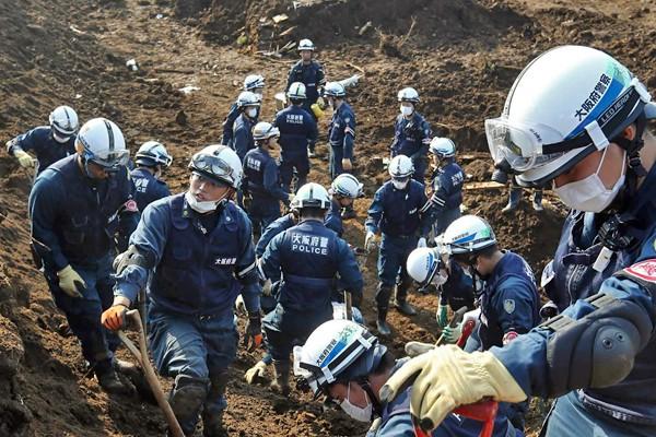 日本熊本縣14日地震後至20日為止,因震災直接或間接死亡人數共有58人、2人失蹤,自衛隊及警消投入上千名人員搜救的南阿蘇村。(法新社)