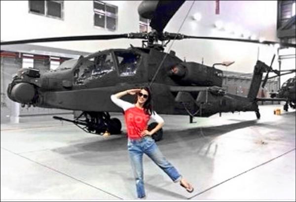 李蒨蓉臉書去年貼出在阿帕契直升機前單腳歪腰敬禮的照片後,引發輿論撻伐。高檢署調查認定未洩露軍機,做出不起訴處分。(資料照)