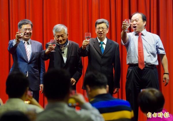 副總統當選人陳建仁(右二)21日出席全國廣播電台後援會餐會,感謝選舉期間對民進黨的支持。左二為全國廣播電台後援會理事長張田黨。(記者羅沛德攝)