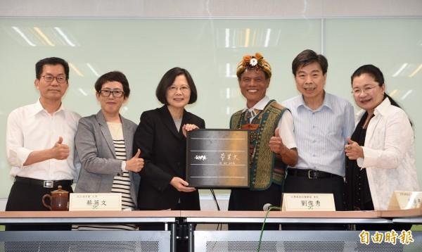 台灣環境保護聯盟會長劉俊秀(右二)、達魯瑪克社區發展協會總幹事胡進德(右三)、台灣再生能源推動聯盟理事長高茹萍(左二)等多位環保團體代表今天拜會準總統蔡英文(左三)。(記者羅沛德攝)