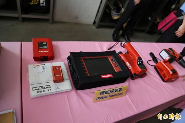 遠雄企業團捐贈新北市消防局鋼筋探測器(見圖)、行動傳輸裝置等地震救助器材。(記者吳仁捷攝)