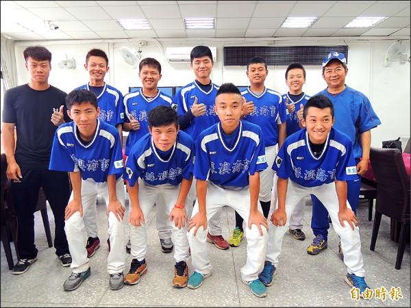 蘇海棒球隊拿下隊史首座金盃,八月將赴韓參加國際賽,後排右一是總教練林厚恆。 (記者江志雄攝)