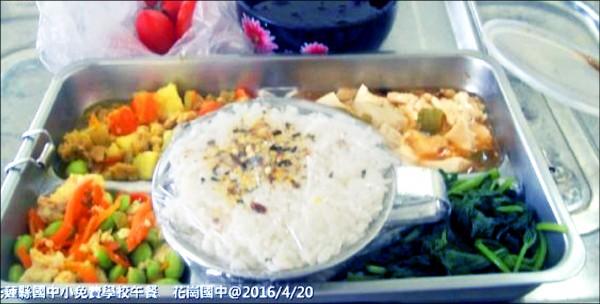 花崗國中20日營養午餐菜色,有燙地瓜葉(右下)、咖哩絞肉(左上)、鐵板豆腐(右上)、毛豆炒蛋(左下)及芝麻飯(中)。 (記者花孟璟翻攝)