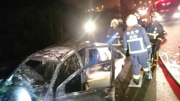 白色小轎車身前半被燒得焦黑。(記者黃捷翻攝)
