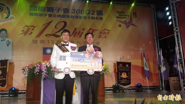桃園市長鄭文燦(右)代表受贈醫療巡迴車與儀器。(記者周敏鴻攝)