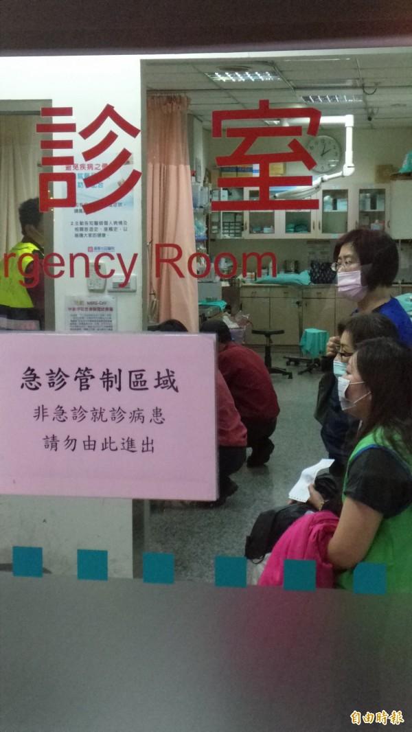 輕傷乘客在急診室等侯檢查。(記者蔡政珉攝)