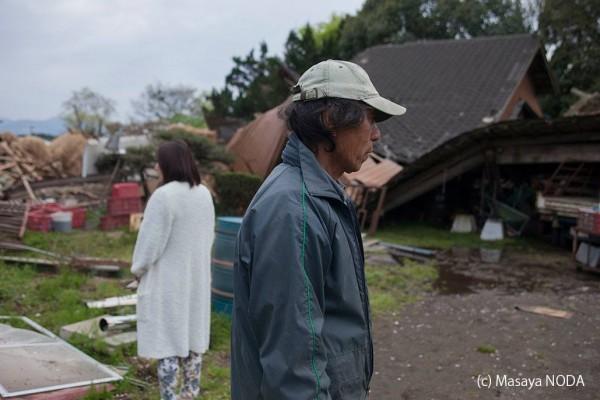 荒川先生和女兒看著被震垮的住宅和牛舍。(圖擷自《Masaya Noda》臉書)