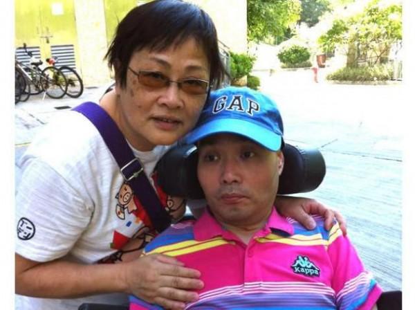 8年前來台採訪總統大選卻不幸摔倒致四肢癱瘓的香港前亞洲電視攝影記者李東杰,22日傳出逝世的消息。(圖擷自《記聲》)