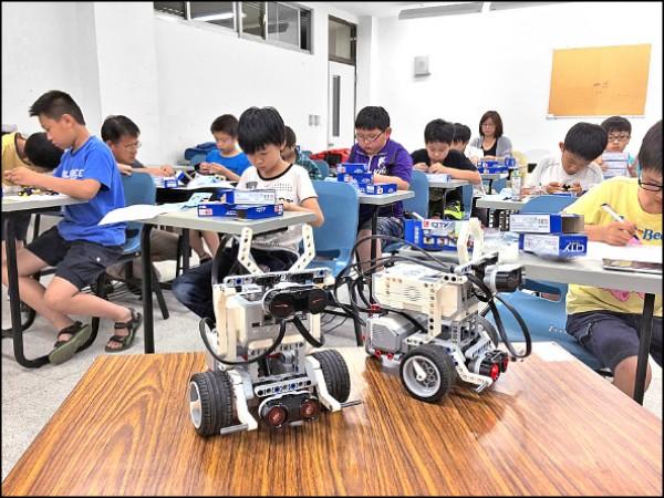 勞動部勞動力發展署桃竹苗分署昨天舉辦全國技能競賽北區分區賽,青年學子們獲邀參加組裝機器人等職訓體驗。 (記者周敏鴻攝)