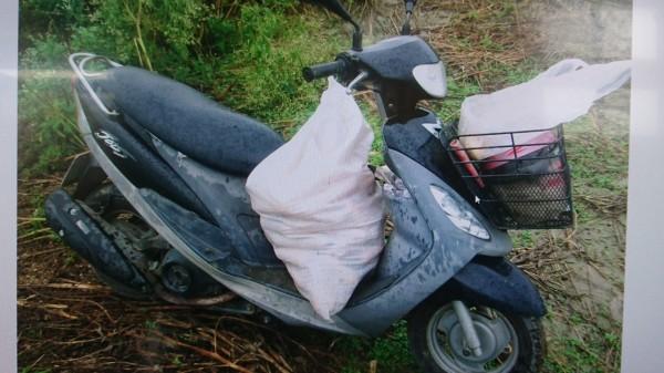台南陳姓農民栽種的硬質玉米屢遭竊,其中一名竊嫌被查獲時,機車上有一麻袋玉米。(記者劉婉君翻攝)