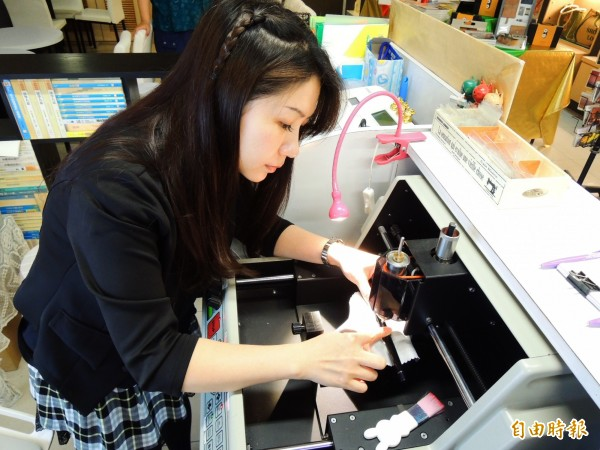 美女精雕師謝孟璇在鑽石刀雕刻機玩出創意。(記者葛祐豪攝)