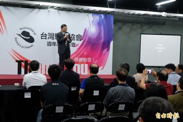 行政院副院長杜紫軍,在台灣駭客協會周年慶上,表示政府挺台灣駭客戰隊,繼續在國際賽發光發熱。(記者陳炳宏攝)