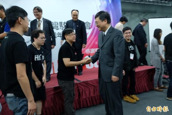 台灣駭客協會周年慶,行政院副院長杜紫軍代表院長張善政前來向理事長蔡松廷祝賀。(記者陳炳宏攝)
