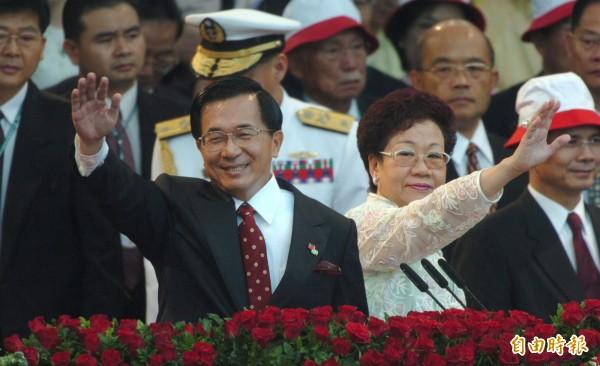 前總統陳水扁(左)執政8年期間遭遇到SARS和網路泡沫危機,但台灣每年經濟成長率仍平均維持4.8%,還高於全球平均的4.5%。(資料照,記者江盈盈攝)