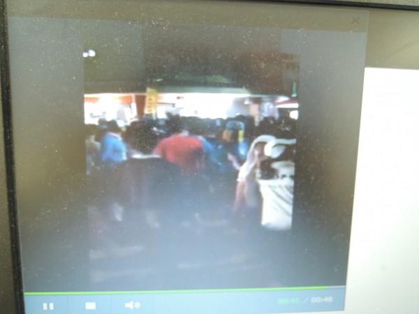 北港媽祖昨深夜遶境,多位年輕人疑「吃炮」糾紛相互推擠。(圖擷取自網路影像)