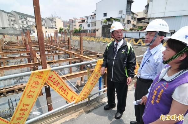 台中市副市長林陵三(左)到社會住宅豐原區安康段工程現場視察。(記者李忠憲攝)