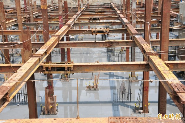 台中市社會住宅豐原區安康段工程目前已完成筏基基礎版混凝土澆置,進度超前。(記者李忠憲攝)