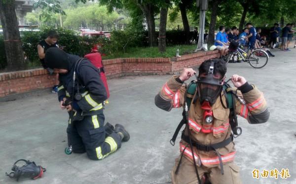 南市消防局第一大隊體技能訓練在新營體育場舉行,測驗警消著裝速度、負重跑步等技能。(記者王涵平攝)