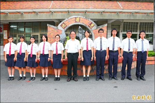 高英工商10名學生上繁星,許信泰(右1)成了建教班第一人。(記者洪臣宏攝)