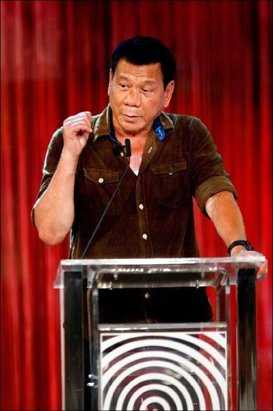 目前聲勢領先的菲律賓總統候選人杜特蒂,二十四日在辯論會上侃侃而談。(法新社)