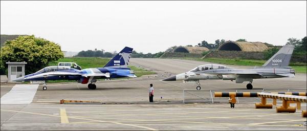 國防部決定將兩架IDF翔昇原型機升級後加入空軍機隊,圖為2007年3月漢翔公司舉行「翔昇專案」成果展示及命名典禮,兩架IDF翔昇原型機公開亮相。(資料照)
